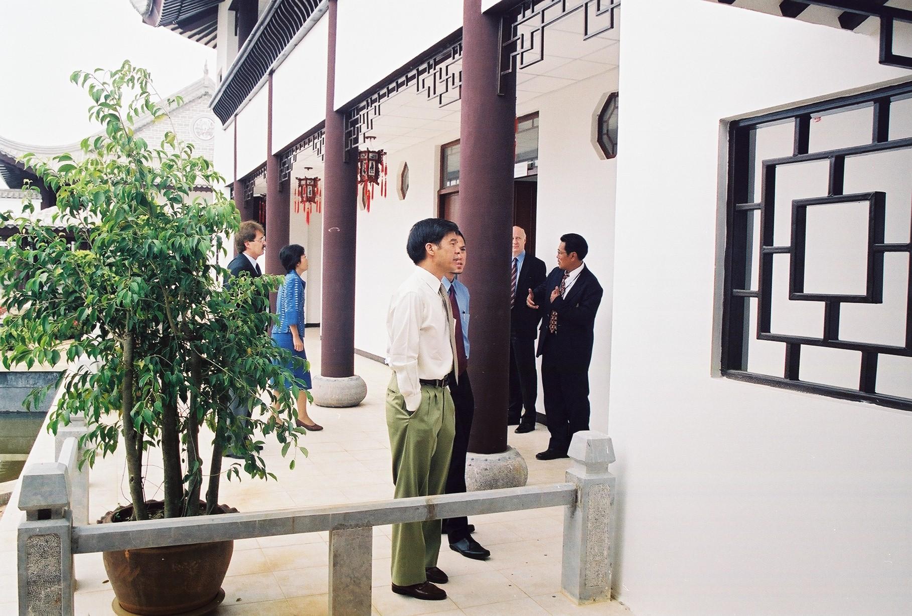 5138 - ฯพณฯ สุรพงษ์ ชัยนาม เอกอัครราชทูตไทยประจำกรุงเบอร์ลิน นำคณะอาจารย์มหาวิทยาลัยในประเทศสหพันธ์สาธารณรัฐเยอรมัน เข้าเยี่ยมชมศูนย์ภาษาและวัฒนธรรมจีนสิรินธร มหาวิทยาลัยแม่ฟ้าหลวง