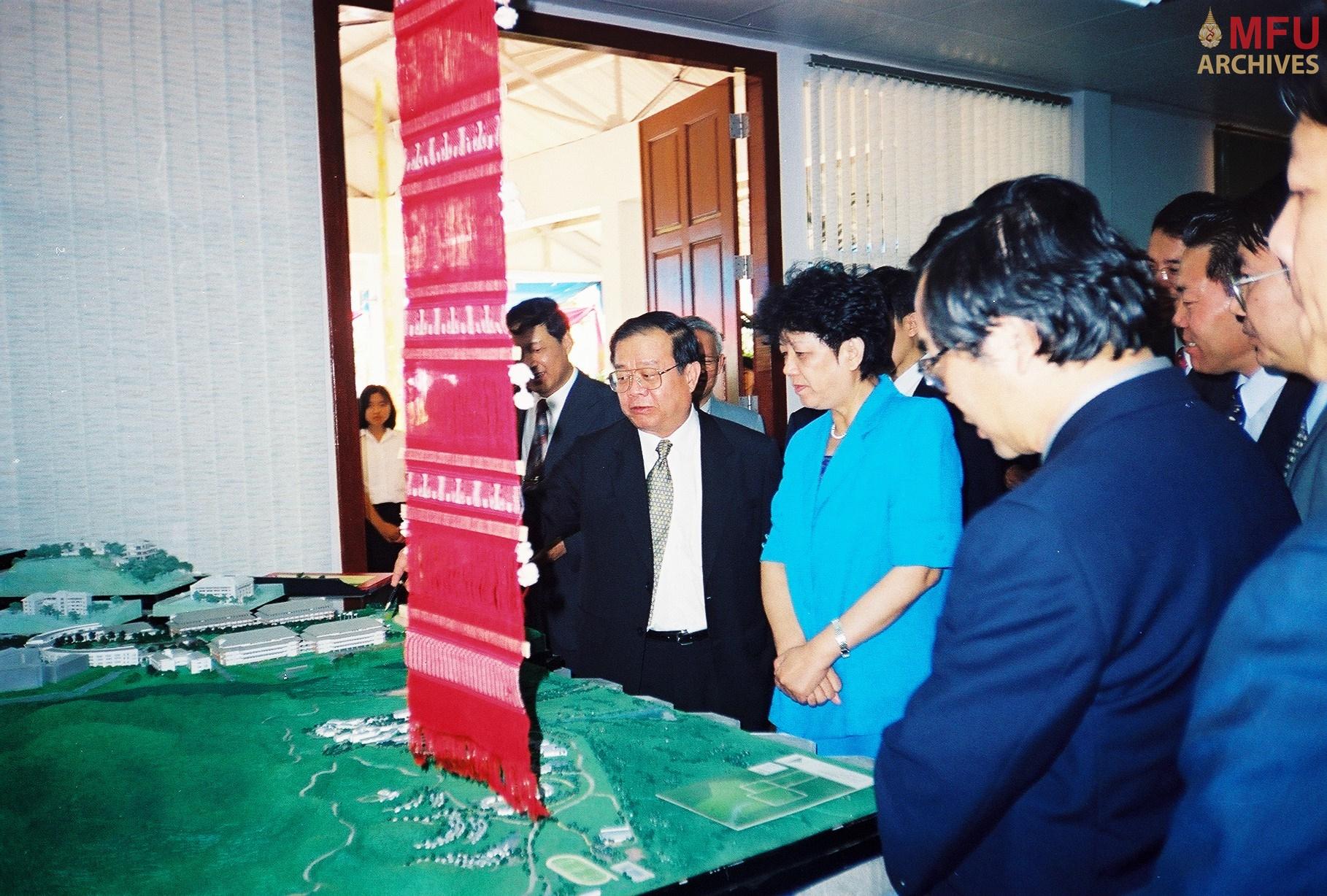 3930 - ฯพณฯ เฉิน จื้อลี่ รับชมการบรรยายข้อมูลของมหาวิทยาลัยแม่ฟ้าหลวง โดย รศ.ดร.วันชัย ศิริชนะ อธิการบดี