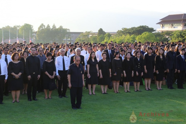 รศ.ดร.วันชัย ศิริชนะ อธิการบดีมหาวิทยาลัยแม่ฟ้าหลวง นำผู้ร่วมพิธีร้องเพลงสรรเสริญพระบารมี  ร่วมกันตั้งสัจจาธิษฐาน น้อมเกล้าฯ แสดงความอาลัย และส่งเสด็จสู่สวรรคาลัย  ณ ลานเฉลิมพระเกียรติสมเด็จพระศรีนครินทราบรมราชชนนี