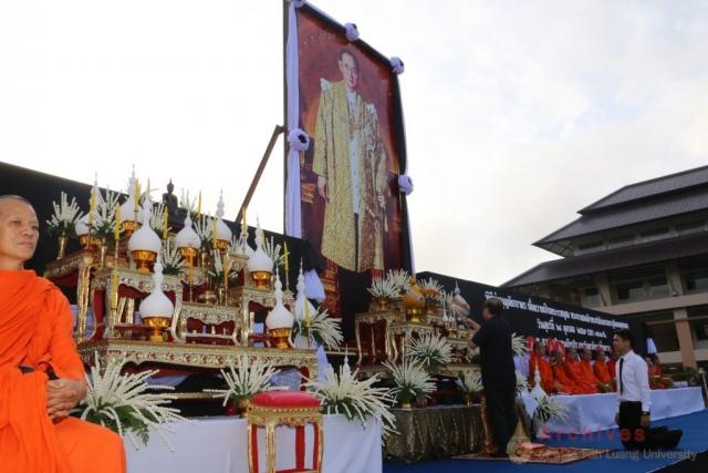 รศ.ดร.วันชัย ศิริชนะ อธิการบดีมหาวิทยาลัยแม่ฟ้าหลวง  จุดธูปเทียนเครื่องทองน้อยหน้าพระบรมฉายาลักษณ์พระบาทสมเด็จพระปรมินทรมหาภูมิพลอดุลยเดช ณ ลานเฉลิมพระเกียรติสมเด็จพระศรีนครินทราบรมราชชนนี
