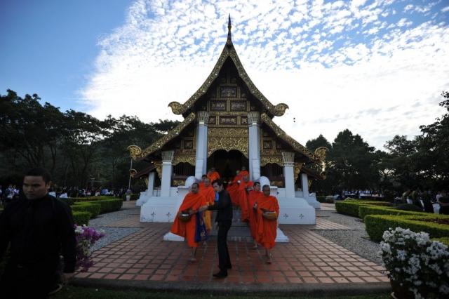 อาจารย์ พนักงาน และนักศึกษา มหาวิทยาลัยแม่ฟ้าหลวง ร่วมทำบุญตักบาตร เนื่องในวันคล้ายวันพระบรมราชสมภพ พระบาทสมเด็จพระปรมินทรมหาภูมิพลอดุลยเดช ณ วิหารพระเจ้าล้านทองเฉลิมพระเกียรติฯ