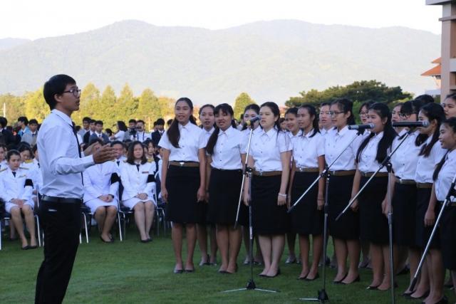 คณะนักร้องประสานเสียงวง MFU Band ขับร้องเพลงพระราชนิพนธ์ และบทเพลงเทิดพระเกียรติสมเด็จพระปรมินทรมหาภูมิพลอดุลยเดช ณ ลานเฉลิมพระเกียรติสมเด็จพระศรีนครินทราบรมราชชนนี