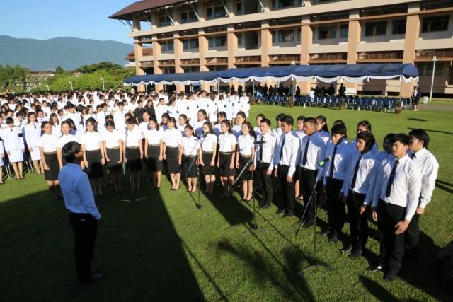 ผู้ร่วมพิธีร่วมร้องเพลงสรรเสริญพระบารมี ร่วมกับวง MFU Band ณ ลานเฉลิมพระเกียรติสมเด็จพระศรีนครินทราบรมราชชนนี