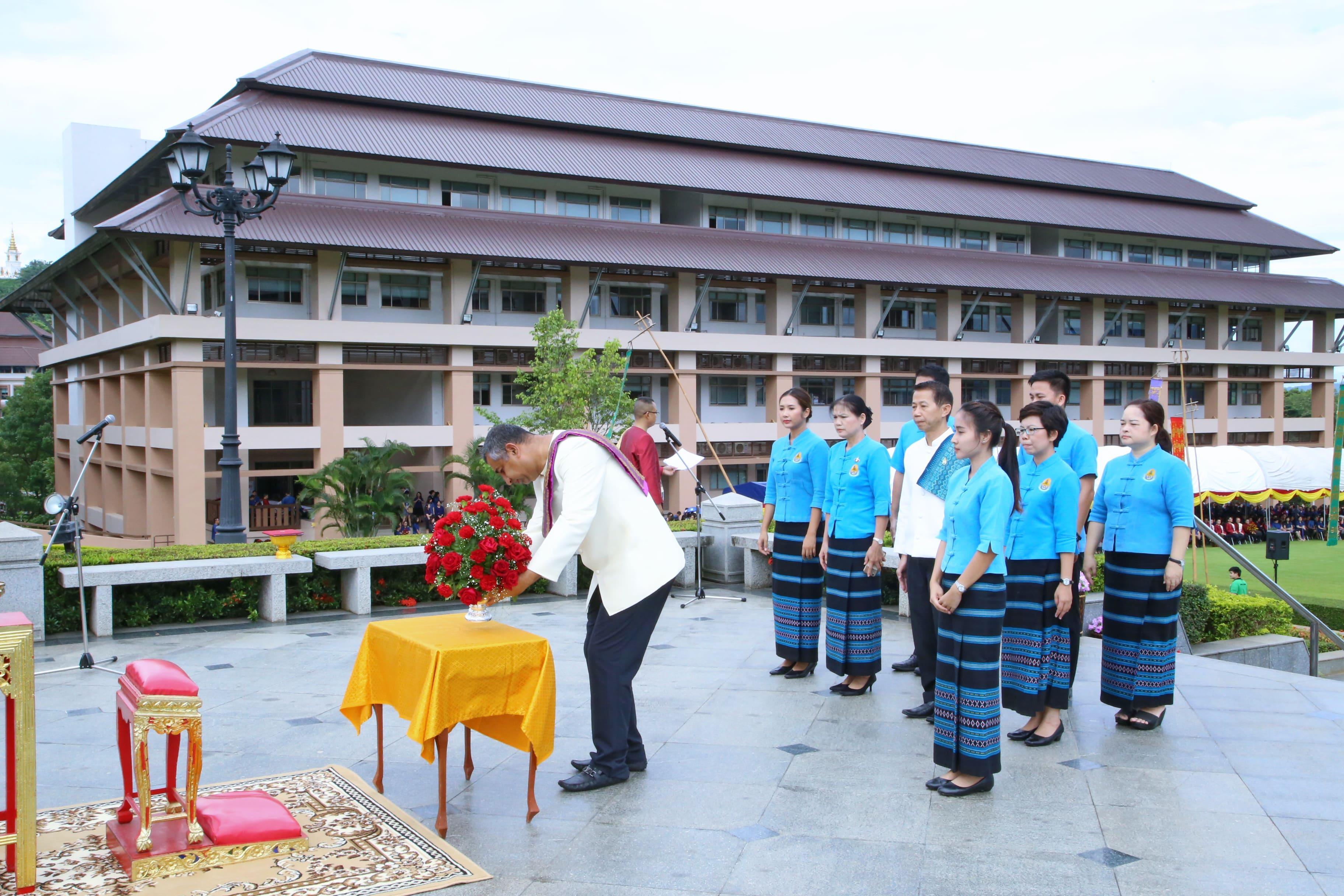 ผู้เข้าร่วมพิธีถวายพานพุ่มดอกไม้หน้าพระราชานุสาวรีย์สมเด็จพระศรีนครินทราบรมราชชนนี
